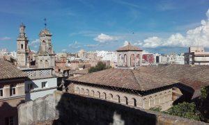 El Poble Espanyol de Palma, i al fons, edificis del barri de Son Espanyolet.
