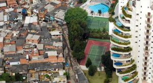 Frontera entre 'favela' i barri ric a São Paulo. Foto: Tuca Viera - Oxfam Intermón