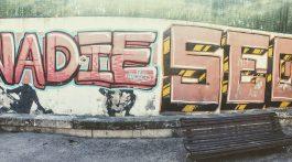 Aunque el grafitti parece que dice lo contrario, el SEO es un trabajo muy importante para posicionarse y tienen que haber ALGUIEN humano detrás.